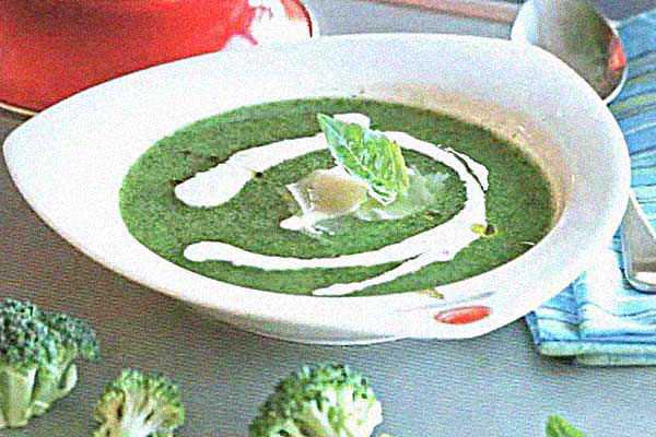 Суп из брокколи с йогуртом и пармезаном